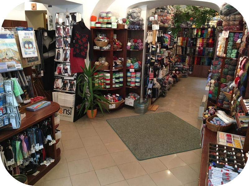 Prijetno nakupovalno vzdušje trgovine Blanka za vaše šivalne podvige ali pletenje.