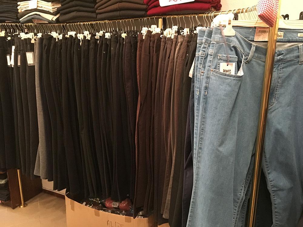 Številno moških in ženskih hlač v trgovini Blanka